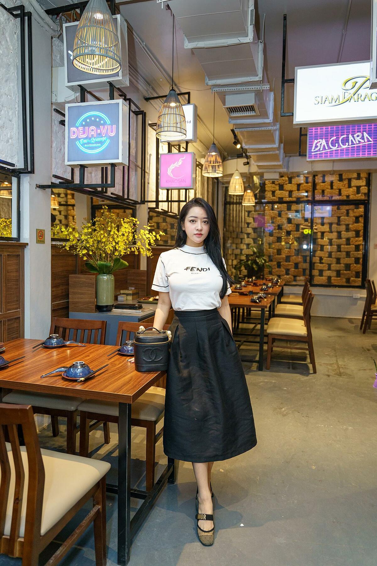 Một Bangkok hiện đại, sầm uất hiện hữu giữa lòng Hà Nội với những tấm biển đường phố, khu mua sắm nổi tiếng.