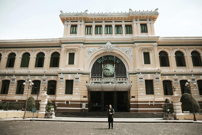 Bộ ảnh của nam ca sĩ được thực hiện tại các công trình kiến trúc tiêu biểu ở trung tâm TP HCM như Nhà hát, Bưu điện, Nhà thờ Đức Bà, đền Hùng... những điểm tham quan chính, hưởng ứng chiến dịch TP.HCM xin chào - Hello Ho Chi Minh City.