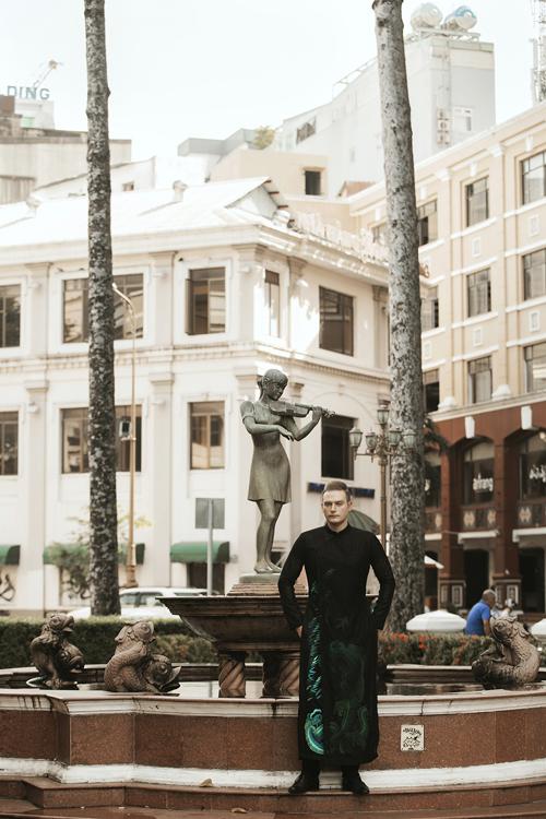 Các thiết kế của Vũ Việt Hà lấy ý tưởng từ họa tiết của nước, cắt cúp nhiều lớp, tạo sự uyển chuyển sang trọng.