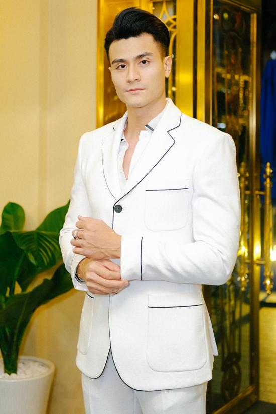 Siêu mẫu Vĩnh Thụy diện suit trắng khoe ngoại hình điển trai, phong cách lịch lãm, cuốn hút.