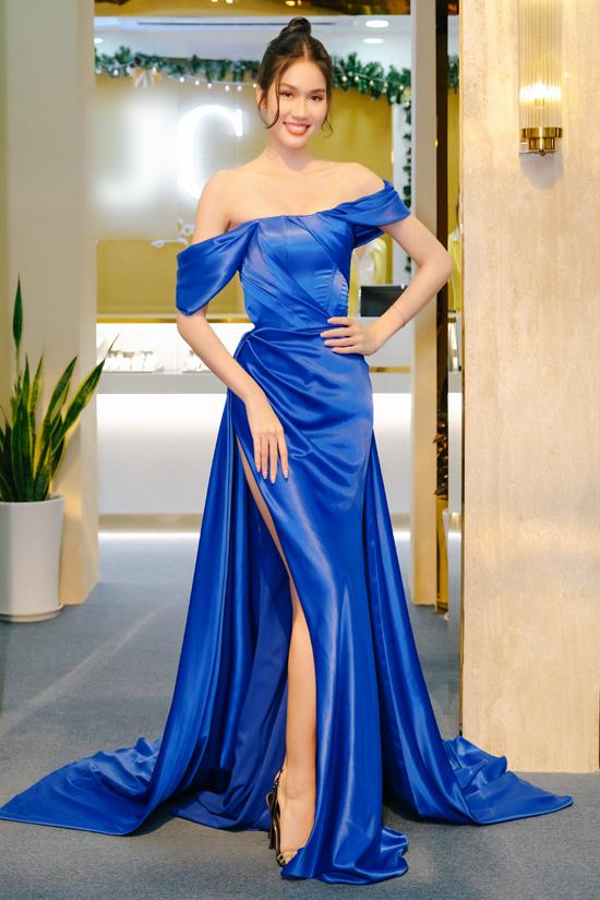 Á hậu học giỏi Phương Anh khoe vai trần, chân dài với thiết kế gam xanh.