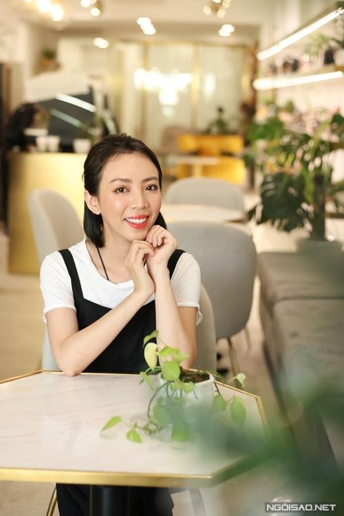 Bên cạnh đó, nhiều dự án phim do Thu Trang và ông xã Tiến Luật đầu tư cũng bị trì hoãn. Tuy nhiên, Thu Trang thấy may vì vợ chồng cô kinh doanh cầm chừng: Tôi và anh Luật luôn biết liệu cơm gắp mắm, đầu tư phim ảnh vừa với khả năng của mình, không vay mượn gì nên vẫn đủ sức xoay sở.