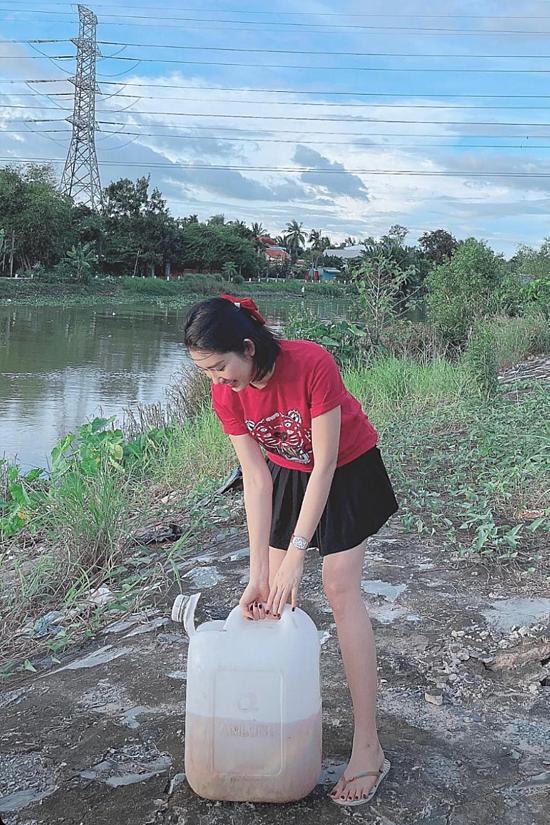 Diễn viên Thuý Ngân về quê Tiền Giang chăm bố bị bệnh. Cô tranh thủ phóng sinh cá để cầu nguyện sức khoẻ, bình an cho người thân.