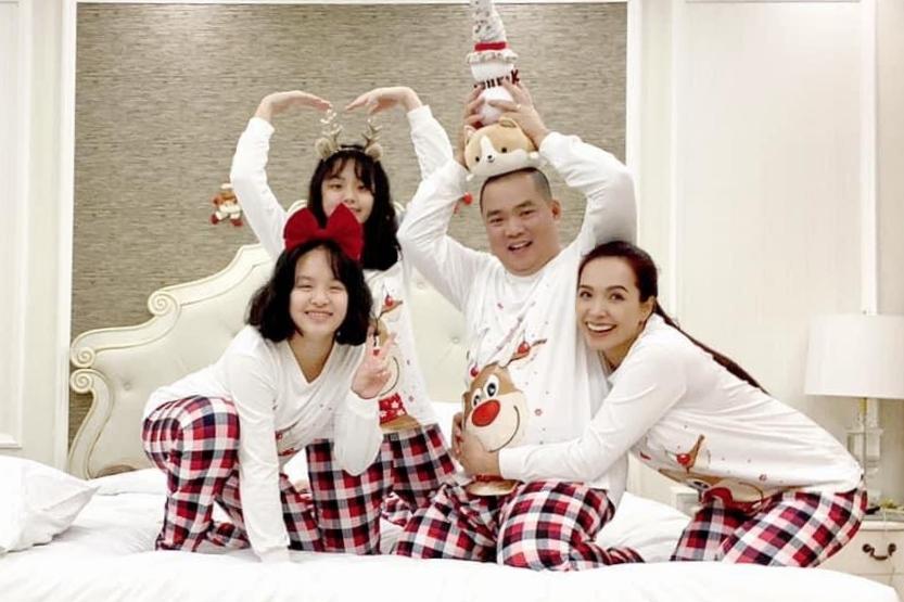 Gia đình Thuý Hạnh - Minh Khang diện trang phục đồng điệu với nhau