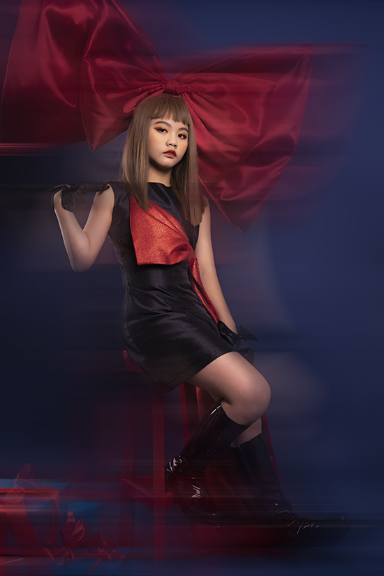 Các bé cũng có thể  váy đen với vài một điểm nhấn nhá màu đỏ để tạo sự khác biệt. Tóc mái bằng nhuộm sáng màu, trang điểm ấn tượng cùng phụ kiện như găng tay hay boot cao cổ càng khiến vẻ ngoài của Hà Linh thêm cá tính.