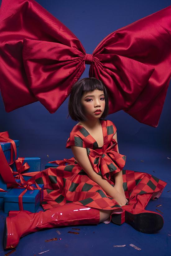 Thay vì chọn váy một màu như các bạn, Khánh Chi diện váy kẻ caro với sự kết hợp của các màu xanh, đỏ, cam. Đây đều là những màu sắc rực rỡ, gợi nên không khí Giáng sinh.
