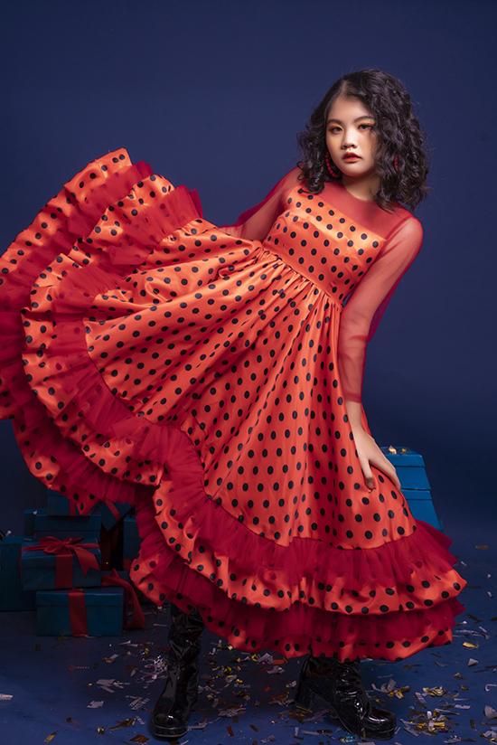Ở một gợi ý khác, Hà Linh chọn váy oversized chấm bi bèo nhún. Thiết kế này phù hợp với những bé yêu thích sự phóng khoáng, năng động thay vì bó mình trong những chiếc váy điệu đà.