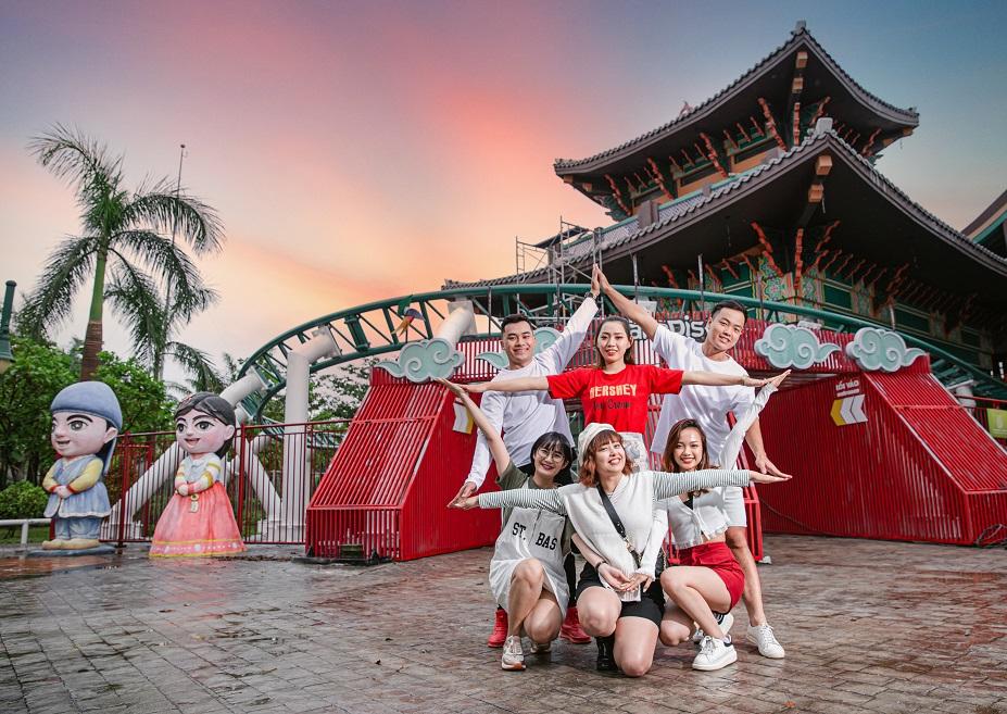 Các bạn trẻ vui chơi thỏa thích tại Công viên châu Á.