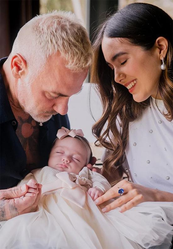 Công chúa nhỏ chào đời vào ngày 27/10 bằng phương pháp mổ đẻ. Gianluca kể rằng khoảnh khắc đón con trong vòng tay, anh đã bật khóc vì quá xúc động. Con gái có gương mặt xinh đẹp giống mẹ.