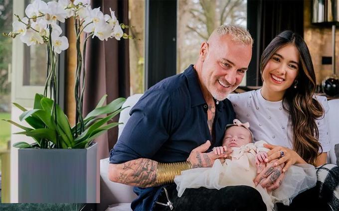 Sharon cho biết, Gianluca là một người bố tuyệt vời, chăm chút từng miếng ăn, giấc ngủ cho con. Triệu phú đã có một cô con gái 18 tuổi từ mối quan hệ trước.