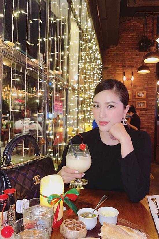 Bận rộn kinh doanh, doanh nhân Phan Lĩnh sắp xếp đưa bà xã - ca sĩ Bảo Thy đi ăn ở một nhà hàng sang trọng.