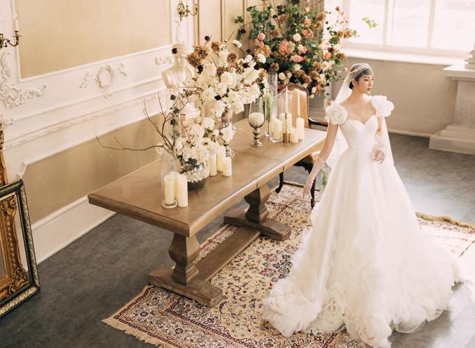 Những chiếc váy cưới đính họa tiết 3D luôn có sức hút đặc biệt với các nàng dâu, đặc biệt là khi bạn đang tìm kiếm một kiểu váy độc đáo, không đụng hàng. NTK Gia Nguyễn (Hà Nội) giới thiệu mẫu váy lấy cảm hứng từ những đóa hồng trắng muốt, tinh khôi như một gợi ý dành cho bạn.