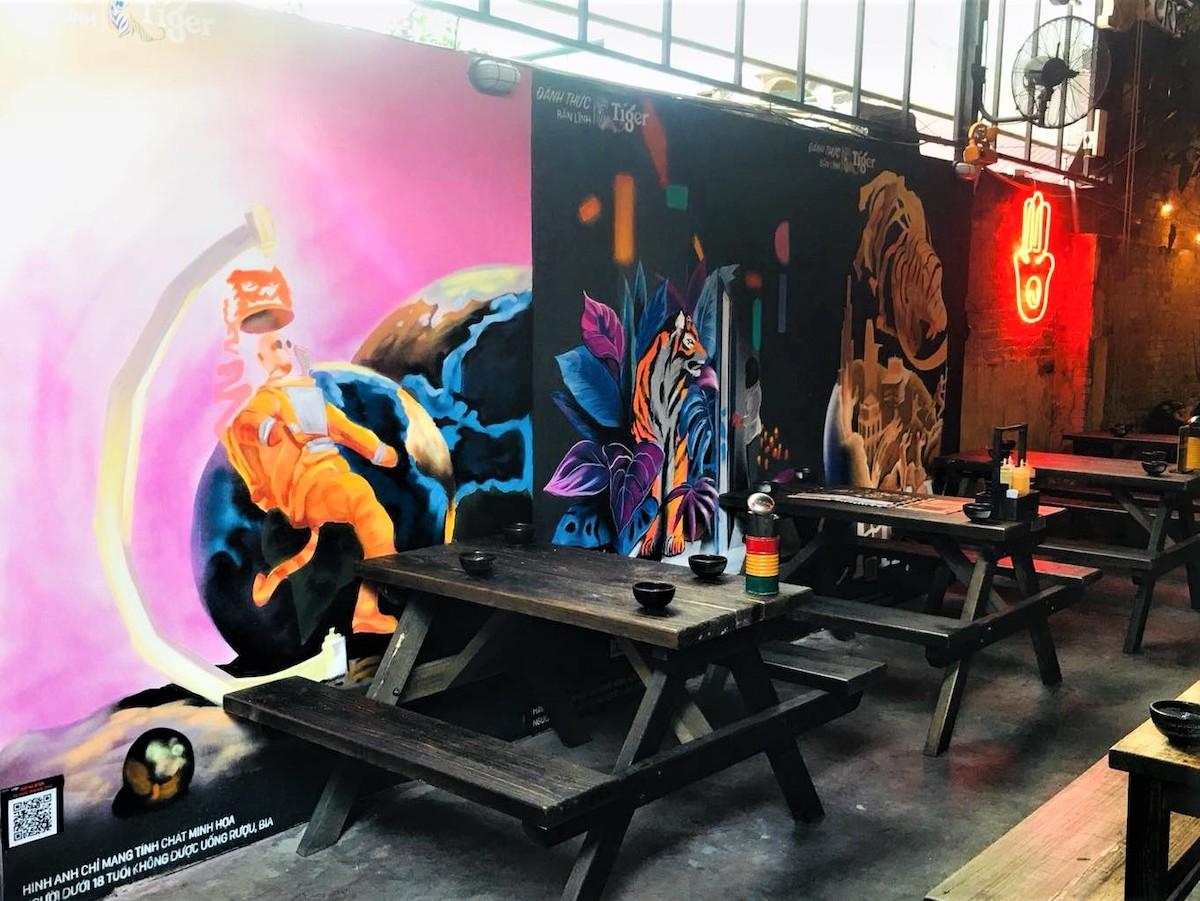 Xuất hiện trên khắp chuỗi nhà hàng Warning Zone ở TP HCM, những bức tường nghệ thuật với màu sắc đa dạng, thể hiện cá tính riêng của các họa sĩ trẻ nhanh chóng thu hút sự chú ý của những bạn trẻ yêu thích sống ảo.