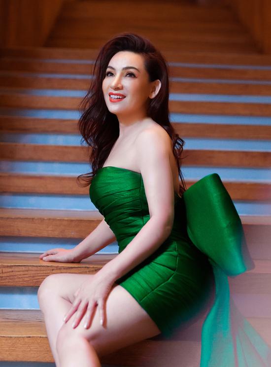 Dịp Giáng sinh và lễ hội cuối năm Phi Nhung thích trang phục màu sắc nổi bật. Nữ ca sĩ tạo dáng với váy ngắn cúp ngực gam xanh hợp không khí Noel.
