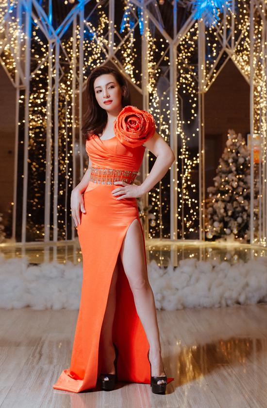 Phi Nhung tự tin khoe vẻ trẻ trung, quyến rũ ở tuổi 48 với váy dạ hội màu cam. Trước đây cô thường diện bà ba, áo dài nên nhìn rất khác lạ khi đổi cách ăn mặc.