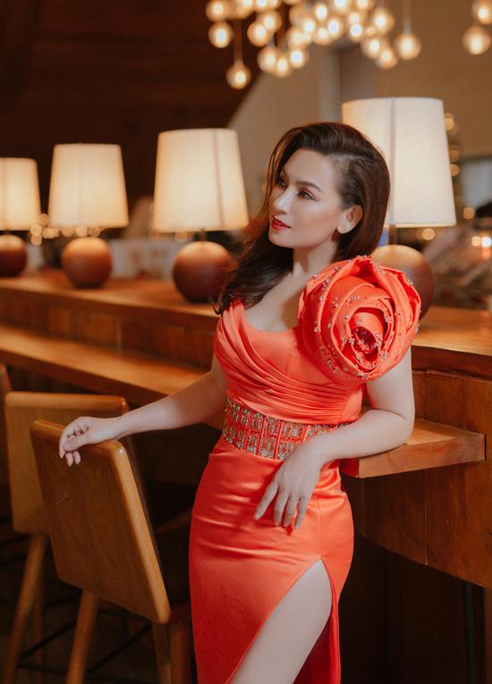 Phi Nhung cho biết gần đây cô chăm tập gym hàng ngày nên vóc dáng ngày càng săn chắc, thần thái cũng tươi tắn, rạng rỡ hơn.