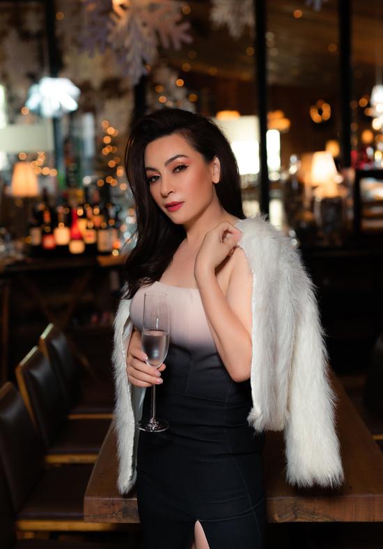 Nữ ca sĩ trông sành điệu khi khoác áo lông khoe vẻ đẹp lai Tây trước ống kính.