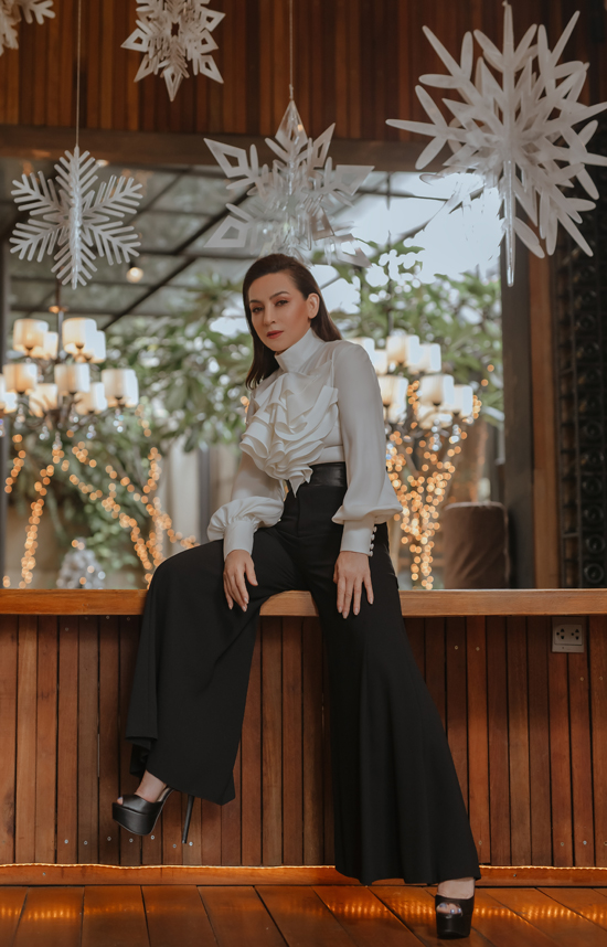 Bộ ảnh do chuyên gia trang điểm và làm tóc Nhật Bình, nhà thiết kế Tony Hoang, stylist Brooklyn Nguyen hỗ trợ thực hiện.