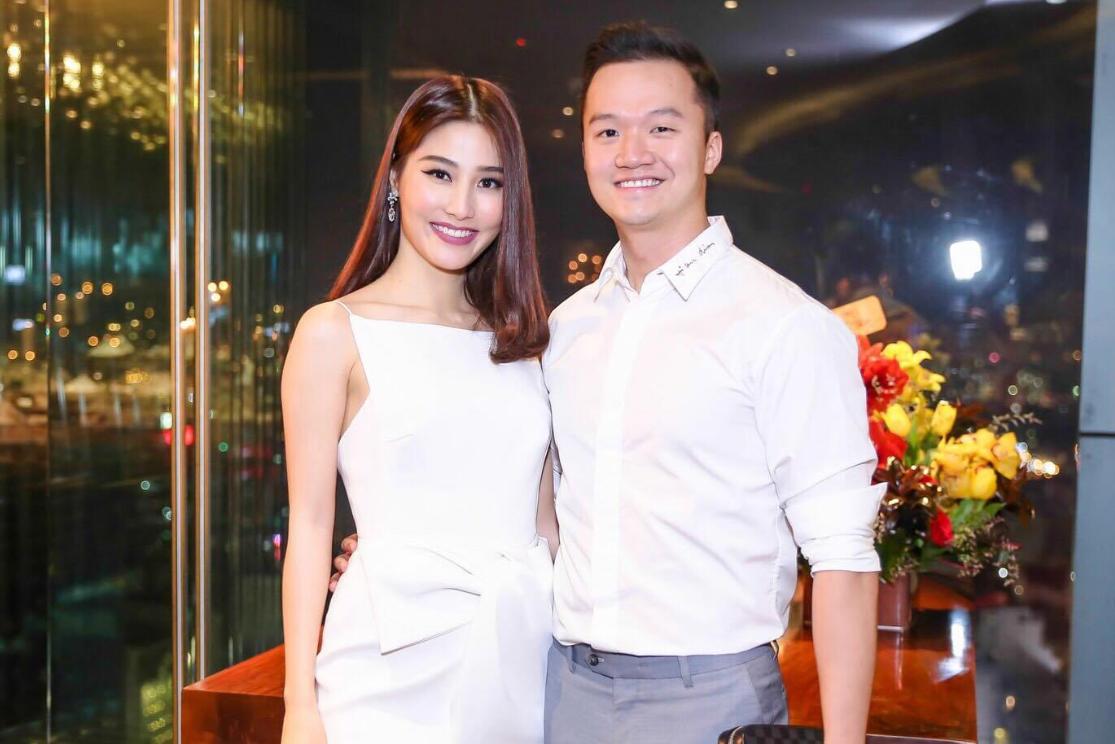 Vinh Nguyễn tình tứ ôm eo bạn gái tại tiệc sinh nhật của cô vào đầu tháng 1/2017.