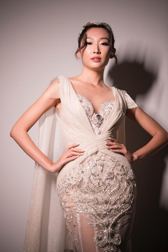 Cấu trúc croset quen thuộc được nhà thiết kế vận dụng, tôn lên hình thể gợi cảm cho các cô dâu trong ngày trọng đại.