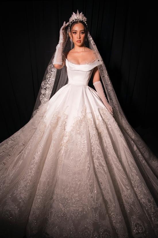Chiếc váy cưới phom dáng công chúa, mang đậm hơi thở cổ điển được nhà thiết kế Phạm Đăng Anh Thư giao Tiểu Vy trình diễn.