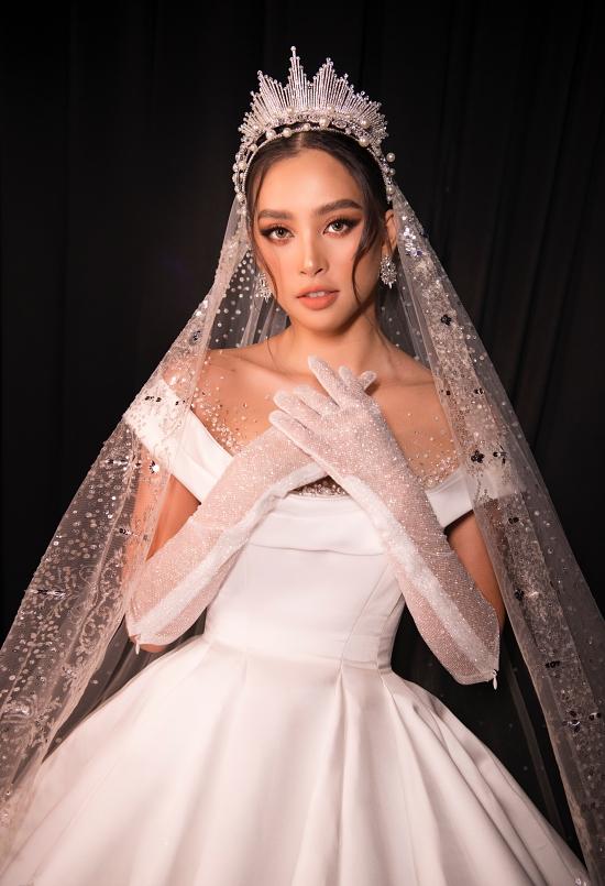 Hoa hậu Việt Nam 2018 đôi vương miện, khăn choàng tạo điểm nhấn cho ngoại hình.