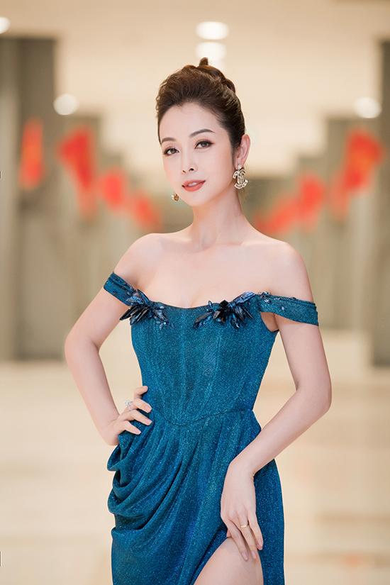 Jennifer Phạm là một trong ba MC của chương trình cùng với Xuân Bắc và Tự Long. Trước khi Xuân Phát Tài diễn ra, cô đã được kỳ vọng là bông hoa rực rỡ mang đến vẻ đẹp cũng như ememmự tươi mới khi tung hứng cùng các diễn viên hài.