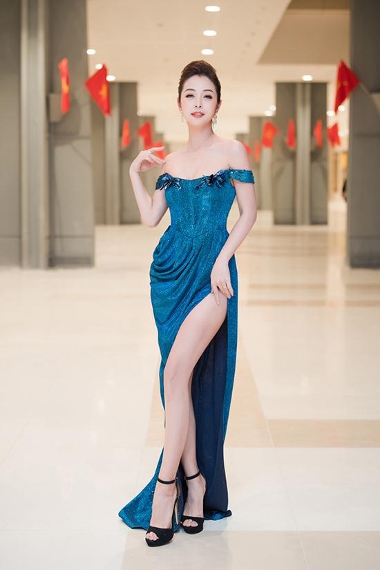 Hoa hậu châu Á tại Mỹ 2006 khoe đường cong nuột nà với bộ váy cúp ngực, xẻ cao. Đã trải qua bốn lần sinh nở nhưng Jennifer Phạm vẫn khiến nhiều người trầm trồ vì nhan sắc và số đo ba vòng gợi cảm chẳng kém thời kỳ son rỗi.