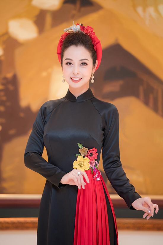 Jennifer Phạm sinh năm 1985, là Hoa hậu châu Á tại Mỹ 2006. Sau khi đăng quang, cô về Việt Nam phát triển sự nghiệp, làm diễn viên và MC. Cô kết hôn với doanh nhân Đức Hải vào năm 2012 và hiện có cuộc sống viên mãn, hạnh phúc.