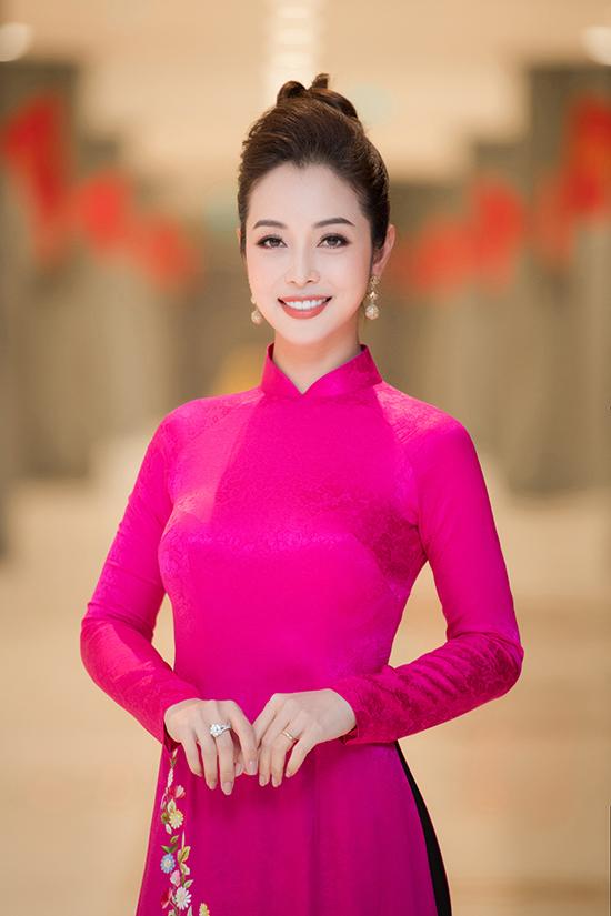 Khi diện áo dài lụa, Jennifer Phạm tiết chế phụ kiện. Cô chỉ đeo một đôi bông tai nhỏ để hoàn thiện phong cách, tôn vẻ ngọt ngào của bộ trang phục.
