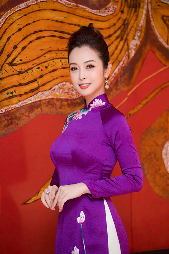 Để phù hợp với không khí của một chương trình dành cho dịp Tết, Jennifer Phạm chuẩn bị thêm ba bộ áo dài màu nổi khi làm MC.