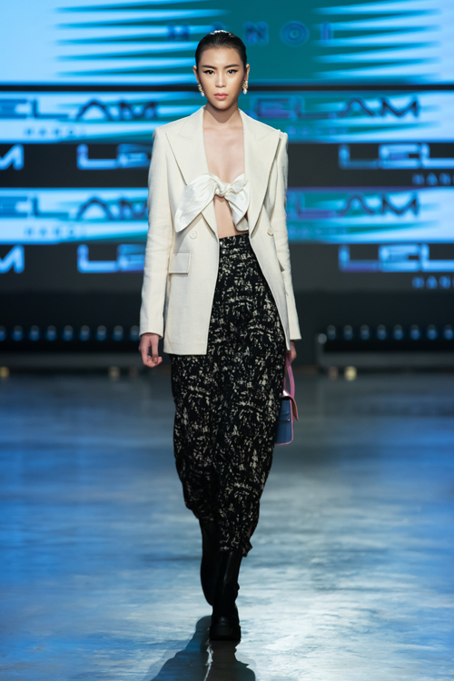 Phong cách sexy của những cô nàng hiện đại cũng được khai thác một cách ấn tượng qua các mẫu áo xoắn vải kết hợp cùng blazer dáng rộng.