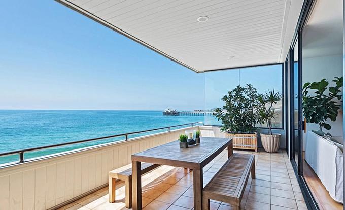 Mừng thành công của bộ phim, Gal Gadot mua thêm villa nghỉ dưỡng đẹp như mơ trong khi gia đình cô hiện vẫn sống tại biệt thự 5,6 triệu USD tại Hollywood Hills, Los Angeles.