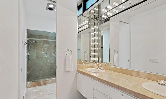 Mỗi phòng ngủ có một phòng tắm riêng sang trọng và rộng rãi.