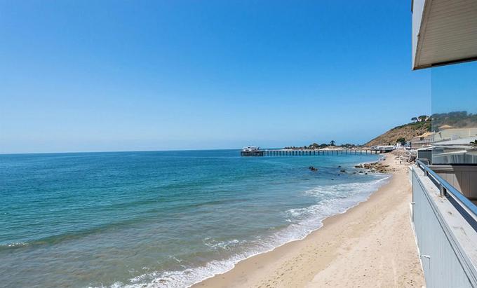 Nhà mới của Gadot nằm trên bãi biển quyến rũ ở Malibu, biệt lập với xung quanh.