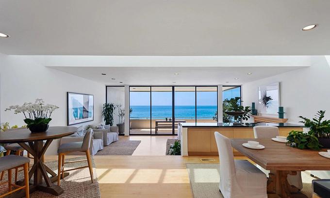 Ngôi nhà rộng 185 m2, gồm 2 phòng ngủ, 3 phòng tắm và một phòng khách rộng lớn.