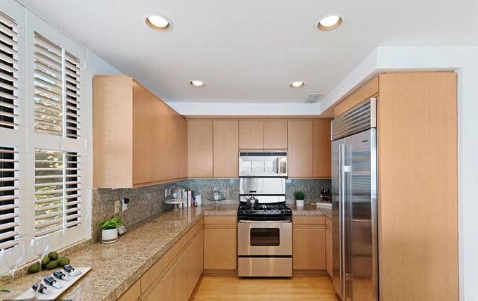 Căn bếp xinh xắn đầy đủ tiện nghi, mặt đá granit.