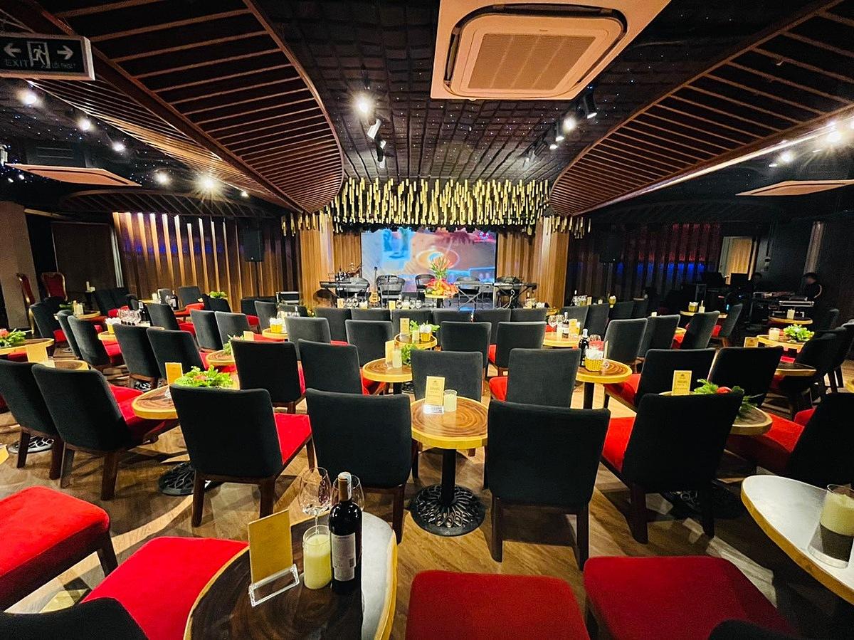 Không gian thưởng thức âm nhạc sang trọng và hiện đại tại Sky Lounge.