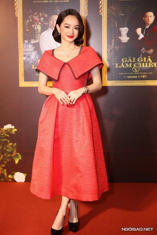 Kaity Nguyễn xuất hiện với đầm đỏ cam và mái tóc ngắn của vai diễn Lý Linh trong phim. Vào vai nữ doanh nhân 25 tuổi thành đạt và nhiều tham vọng, cô khẳng định mình đã trưởng thành hơn. Tôi không còn là em bé ngày xưa nữa rồi!, Kaity Nguyễn chia sẻ.
