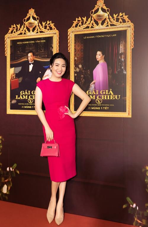 Diễn viên Lê Khánh trở lại lĩnh vực phim chiếu rạp với vai diễn một quý bà giàu có xứ Huế. Trong phim, cô nói giọng Huế và đóng vai vợ của NSND Hoàng Dũng.