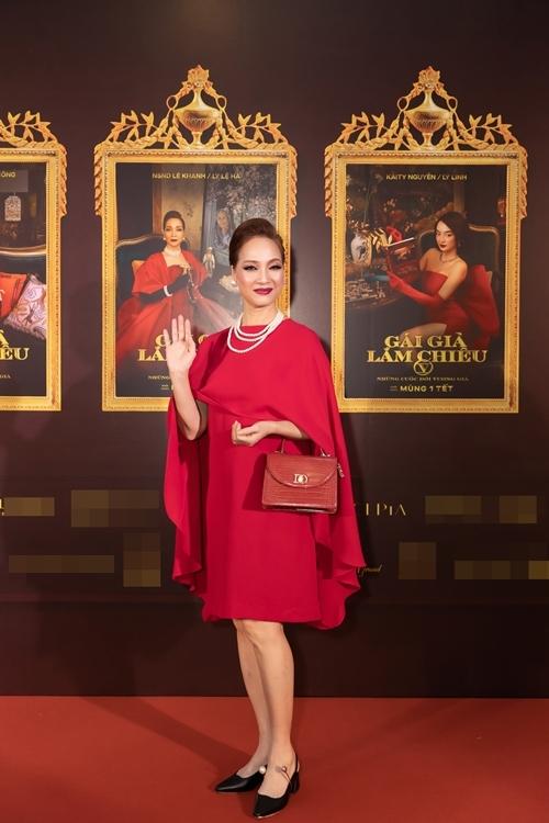 NSND Lê Khanh diện đầm đỏ nổi bật, trang điểm sắc sảo theo đúng phong cách quý bà quyền lực, tham vọng và độc đoán Lý Lệ Hà chị đảm nhận trong phim Gái già lắm chiêu V: Những cuộc đời vương giả.