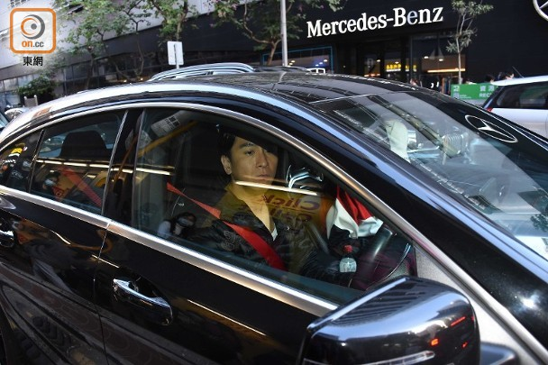 Mã Quốc Minh chở Thang Lạc Văn đi mua sắm.