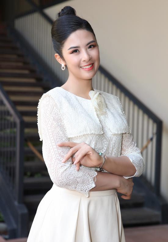 Hoa hậu Ngọc Hân mặc kín đáo, thanh lịch đi sự kiện.