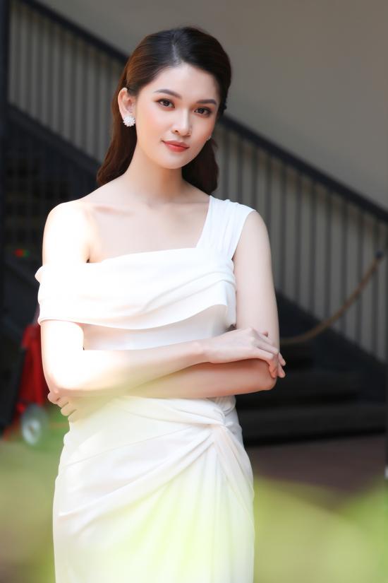 Á hậu Thùy Dung làm MC dẫn dắt buổi họp báo. Cô sử dụng tiếng Anh lưu loát và rất bình tĩnh, tự tin trên sân khấu.