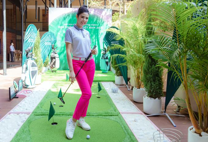 Ngọc Hân thay trang phục, trổ tài chơi golf trong buổi họp báo. Cô tiết lộ đã giảm cân hiệu quả nhờ bộ môn này.