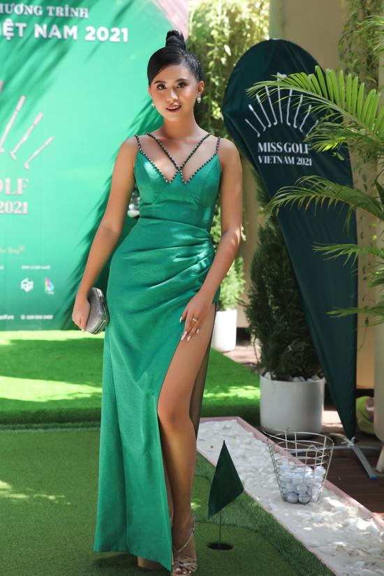 Người đẹp Thể thao của Hoa hậu Việt Nam 2020 Phù Bảo Nghi khoe làn da nâu với váy xẻ vạt cao. Thí sinh Miss Golf Vietnam 2021 sẽ trải qua 4 vòng thi kéo dài 6 tháng. Vòng sơ tuyển bắt đầu từ ngày 7/1 đến 15/3. Chung kết cuộc thi dự kiến tổ chức vào tháng 6.