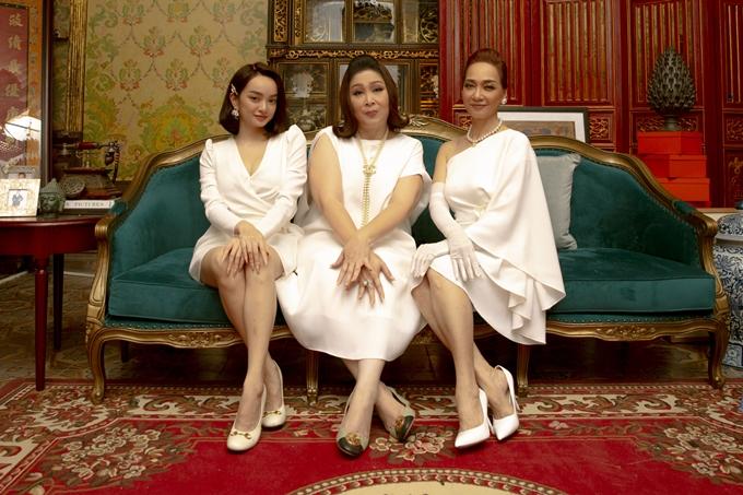 Ba chị em NSND Lê Khanh, NSND Hồng Vân, Kaity Nguyễn (từ phải sang).