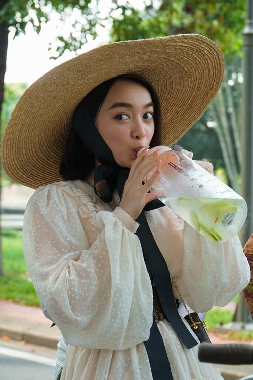 Kaity Nguyễn kiềm chế cơn thèm ăn, uống nước detox trừ bữa.