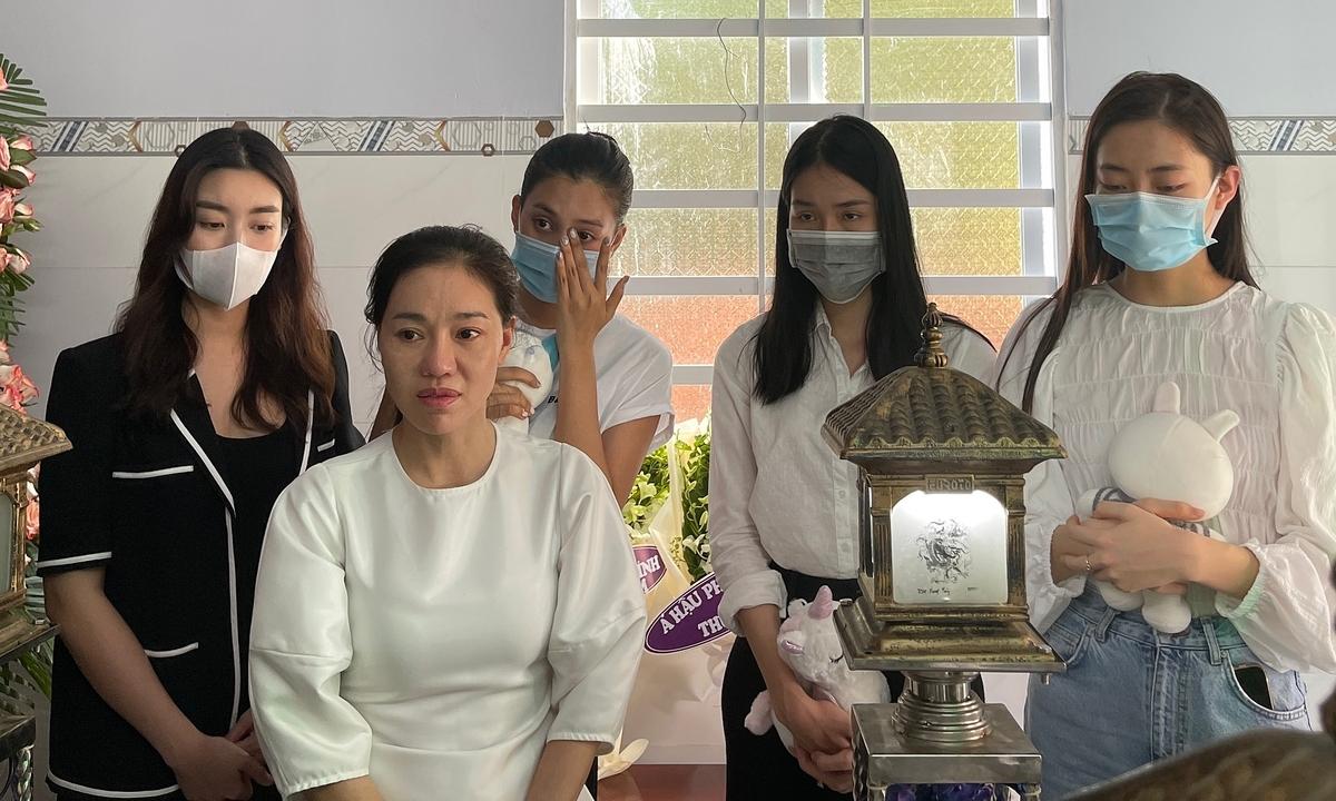 Đỗ Mỹ Linh, Tiểu Vy viếng bé gái bị giết sau xâm hại - Ngôi sao