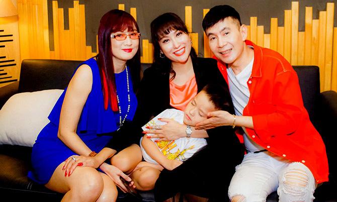 Con trai Phi Thanh Vân ngủ say khi theo mẹ đi thu âm - Ngôi sao